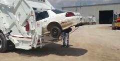 VOITURE VENTOUSE camion-poubelle-avec-compacteur-broie-une-voiture.jpg