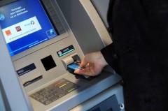 DAB...141977_une-personne-insere-sa-carte-bleue-dans-un-distributeur-automatique-de-billets.jpg