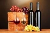 17264556-caisses-en-bois-a-bouteilles-de-vin-sur-la-table-en-bois-sur-fond-brun.jpg